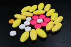 Medicinska minnestavlor som är olika på färg arkivfoto