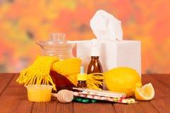Medicinska och traditionella mediciner på tabellen Royaltyfria Bilder