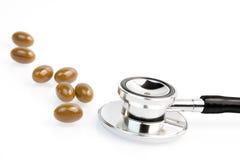 Medicinska pills near stetoskopet Arkivbilder