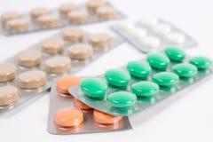 Medicinska preventivpillerar i emballage Arkivbilder