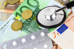 Medicinska preventivpillerar och minnestavlor i eurosedelpengar Royaltyfri Fotografi