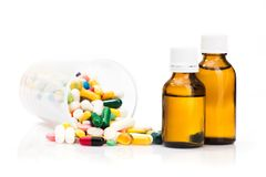 medicinska preventivpillerar och vitaminer i flaskor Arkivfoton