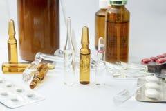 Medicinska produkter på vit bakgrund Fotografering för Bildbyråer