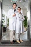 Medicinska professionell som står på sjukhuset Royaltyfria Foton