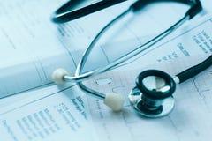 Medicinska rapporter och stetoskop Arkivbilder