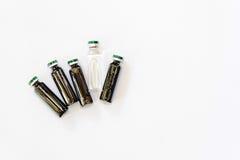 Medicinska små medicinflaskor med extrakten Royaltyfria Foton
