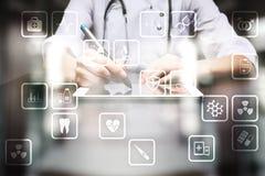 Medicinska symboler på den faktiska skärmen Modern teknologi i medicin Fotografering för Bildbyråer
