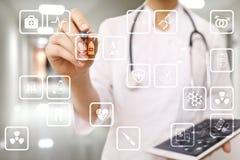 Medicinska symboler på den faktiska skärmen Modern teknologi i medicin Royaltyfria Bilder