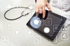 Medicinska symboler på den faktiska skärmen Modern teknologi i medicin Arkivfoto