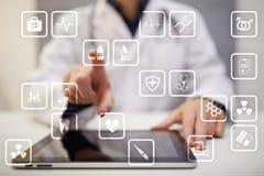 Medicinska symboler på den faktiska skärmen Modern teknologi i medicin Royaltyfri Bild