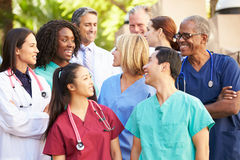 Medicinska Team Having Discussion Outdoors Fotografering för Bildbyråer