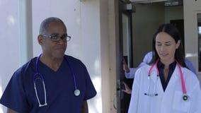 Medicinska Team Having Discussion Outdoors lager videofilmer