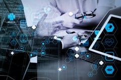 Medicinskt begrepp, doktor arbetar med den smarta telefonen, och D för Co som funktionsdugligt royaltyfria foton