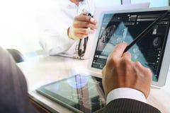 Medicinskt begrepp för möte för teknologinätverkslag Doktorshandwor arkivbild