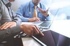 Medicinskt begrepp för möte för teknologinätverkslag Doktorshandwor arkivfoto