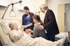 Medicinskt besök för sjukhusfamilj Arkivbild