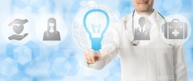 Medicinskt innovationbegrepp - doktor med lampsymbolen Royaltyfri Foto