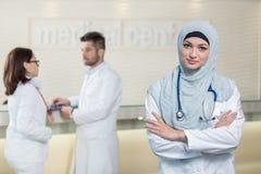 Medicinskt lag i olika lopp som inomhus står Royaltyfri Fotografi