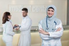 Medicinskt lag i olika lopp som inomhus står Royaltyfri Bild