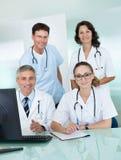 Medicinskt lag som poserar i ett kontor Arkivbild