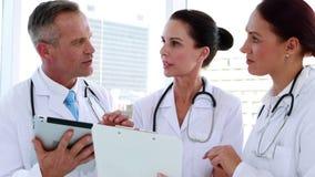 Medicinskt lag som tillsammans går över en mapp stock video