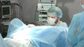 Medicinskt lag som utför operation i sjukhus arkivfilmer