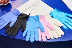 Medicinskt nitrilepulver frigör handskar arkivfoto