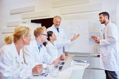 Medicinskt seminarium med doktorer arkivbild