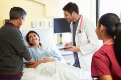 Medicinskt Team Meeting With Couple In sjukhusrum Royaltyfria Foton