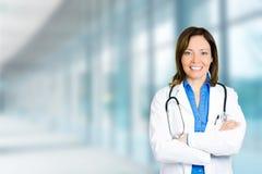 Medicinskt yrkesmässigt anseende för säker kvinnlig doktor i sjukhus royaltyfri foto