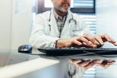 Medicinskt yrkesmässigt användande datortangentbord i klinik Arkivbild