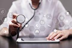 Medicinteknologi och sjukvårdbegrepp Medicinsk doktor som arbetar med modern PC Symboler på den faktiska skärmen Arkivfoto