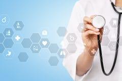 Medicinteknologi och sjukvårdbegrepp Medicinsk doktor som arbetar med modern PC Symboler på den faktiska skärmen royaltyfri fotografi