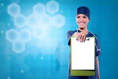 Medico abbastanza asiatico della donna che mostra lavagna per appunti in bianco per copyspace Fotografia Stock Libera da Diritti