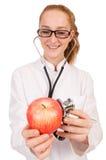 Medico abbastanza femminile con lo stetoscopio e la mela Immagini Stock Libere da Diritti