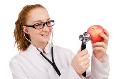 Medico abbastanza femminile con lo stetoscopio e la mela Immagini Stock