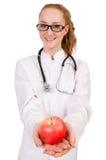 Medico abbastanza femminile con lo stetoscopio e la mela Fotografie Stock