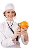Medico abbastanza femminile con lo stetoscopio isolato sopra Fotografie Stock Libere da Diritti