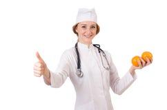 Medico abbastanza femminile con lo stetoscopio isolato sopra Immagini Stock
