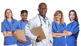 Medico africano sorridente con 4 infermieri Fotografie Stock Libere da Diritti