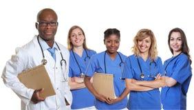 Medico afroamericano sorridente con il gruppo di nurs internazionali Fotografie Stock