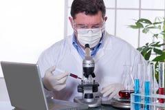 Medico al laboratorio fotografie stock