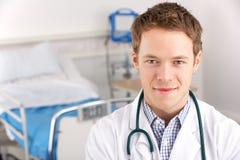 Medico americano dell'allievo del ritratto sul quartiere di ospedale Fotografia Stock