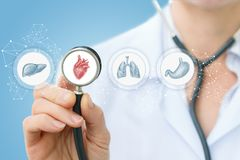 medico ascolta il cuore Fotografie Stock Libere da Diritti