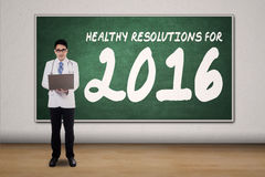 Medico asiatico con le risoluzioni sane Fotografia Stock