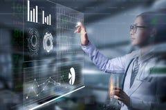Medico astuto che tiene mano e che tocca sullo schermo di informazioni fotografia stock libera da diritti