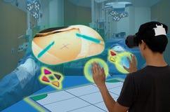 Medico astuto con tecnologia di realtà virtuale ed aumentato concentrata Fotografie Stock Libere da Diritti