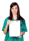 Medico attraente del brunette con i appunti Fotografie Stock Libere da Diritti