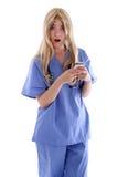 Medico biondo che legge un testo Fotografia Stock