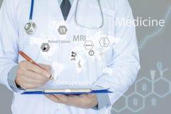 Medico in camicia e smoking grigi Malattia di rapporto di scrittura della penna di tenuta Infographics medico su fondo blu fotografia stock libera da diritti